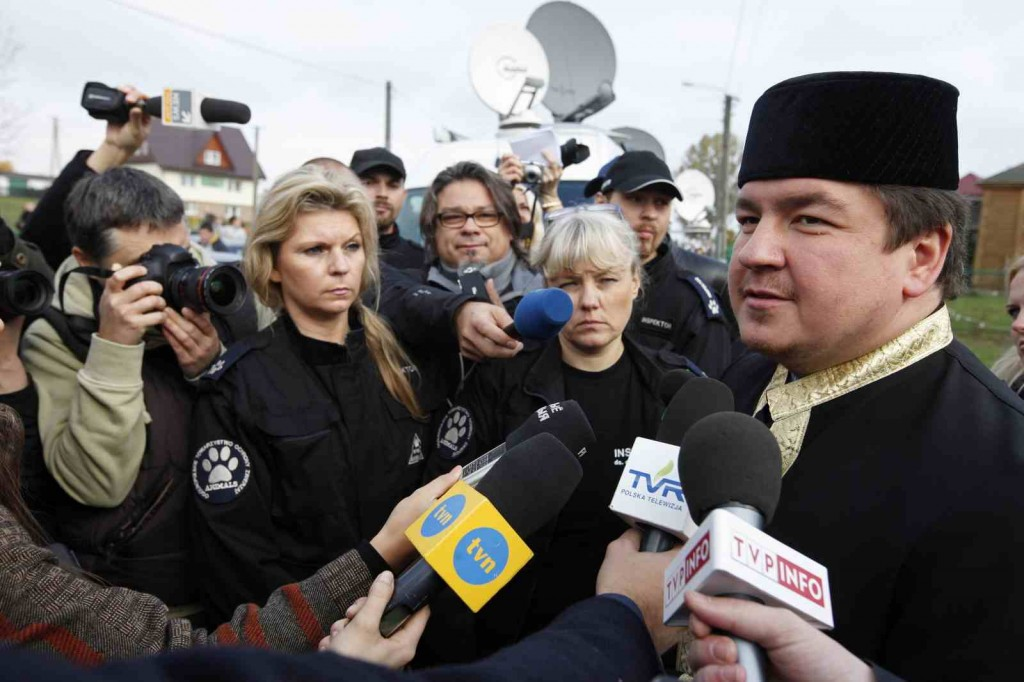 Chief Mufti of Poland Tomasz Miskiewicz (R), and two animal rights protesters (C) at Bohoniki on Tuesday. Photo: PAP/Artur Reszko