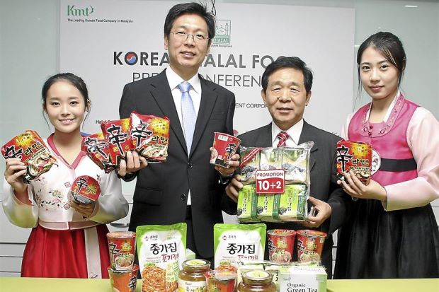 Halal Korean food: KMT managing director Matthew Lee (second from left) and managing director and Salleh (third from left) during the press conference.