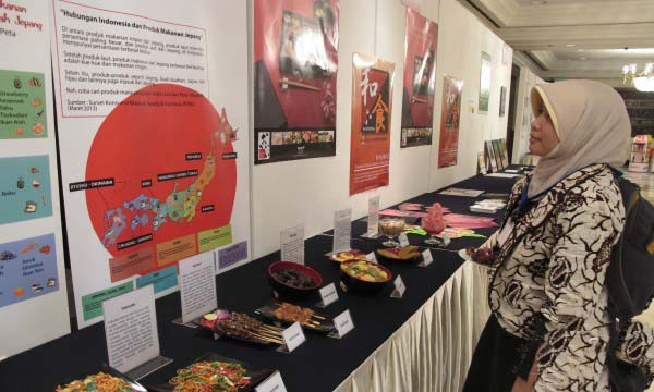 "A visitor reads an information poster about Japanese food at the ""Japanese Food Exhibition"" held as a side event during ""Symposium on Human Resource Development in Food-Related Area through Partnership with ASEAN Universities"" held by Japanese Ministry of Agriculture, Forestry and Fisheries (MAFF) in Jakarta on Tuesday, January 21. (Antara/Azi Fitriyanti)"