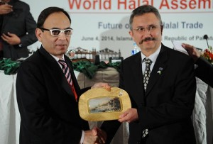 H.E. Haluk Dag, Secretary General, Standards & Metrology Institute of Islamic Countries (SMIIC) presenting memento to Mr. Asad Sajjad, CEO Halal Development Council and Senor Vice Chairman of Halal Products & Services Association of Pakistan (HAP) in recognition of his services for extra-ordinary work done for creating Halal awareness and promoting agenda of SMIIC standards worldwide.